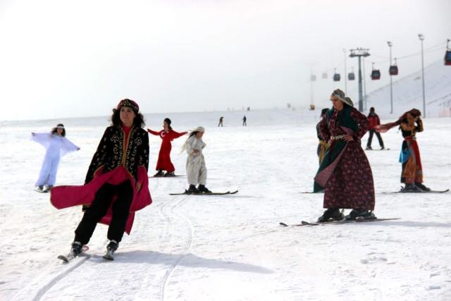 Türkiye'de Bir İlk! Erciyes Dağı'nda Kayaklı Defile